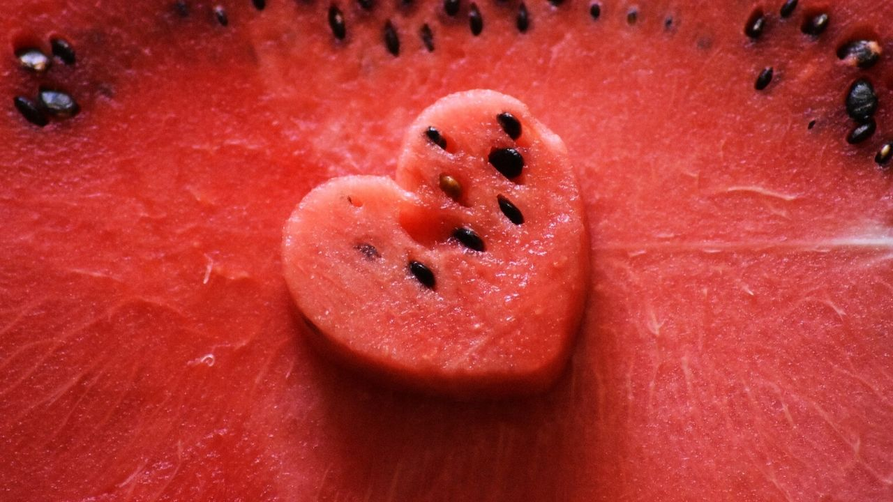 foto di un'anguria tagliata a forma di cuore