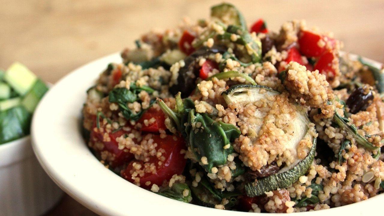 foto di un piatto di cous cous di verdure