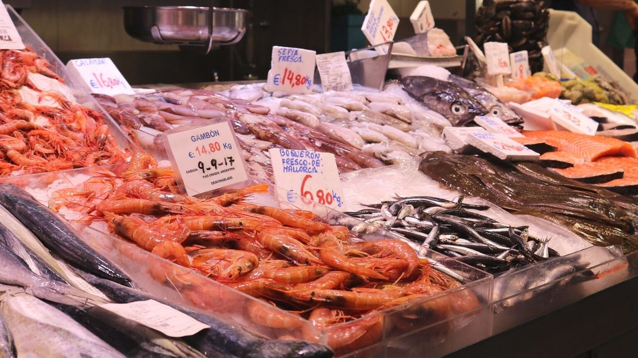 pesce sui banchi del mercato