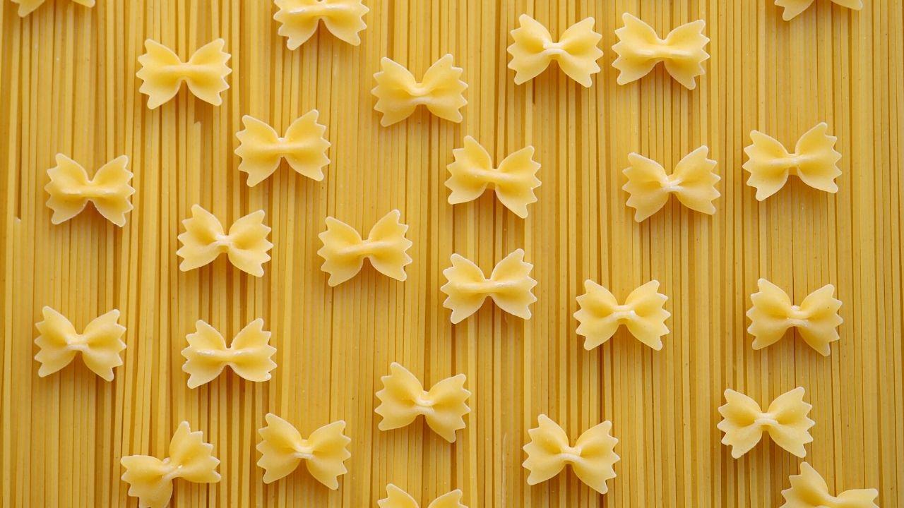 pasta spaghetti e farfalle crude